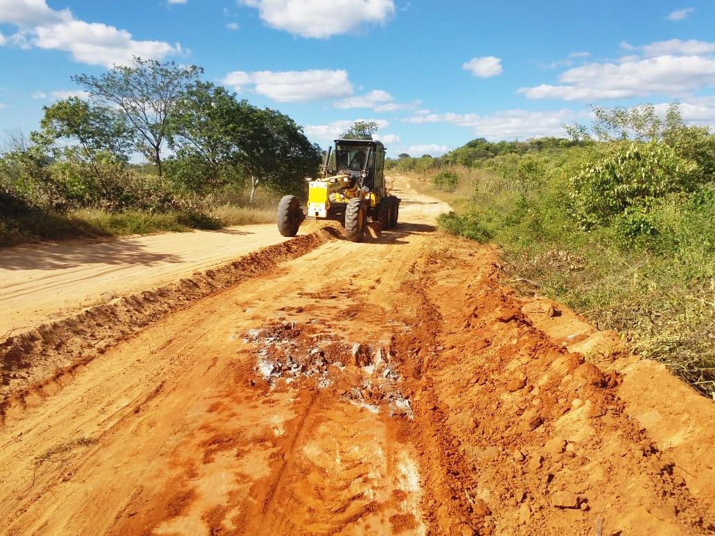 Prefeitura inicia recuperação de estradas na zona rural.