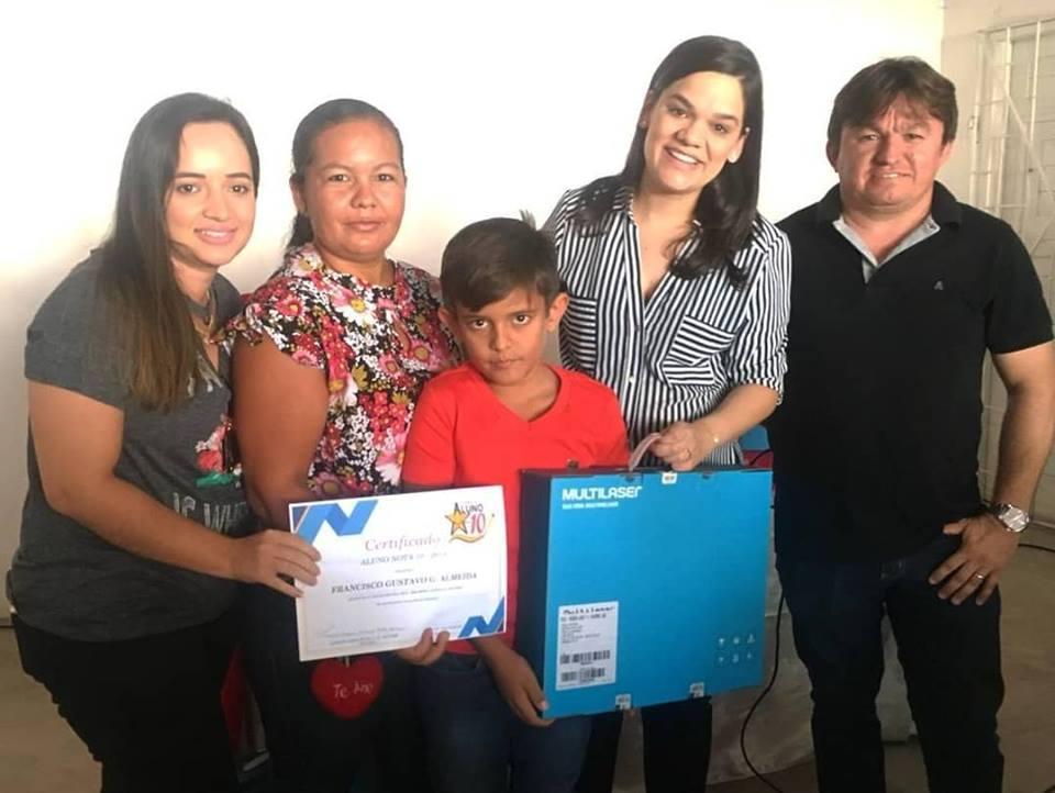 A Secretaria Municipal de Educação fez a entrega dos notebooks aos vencedores do Programa Aluno Nota 10