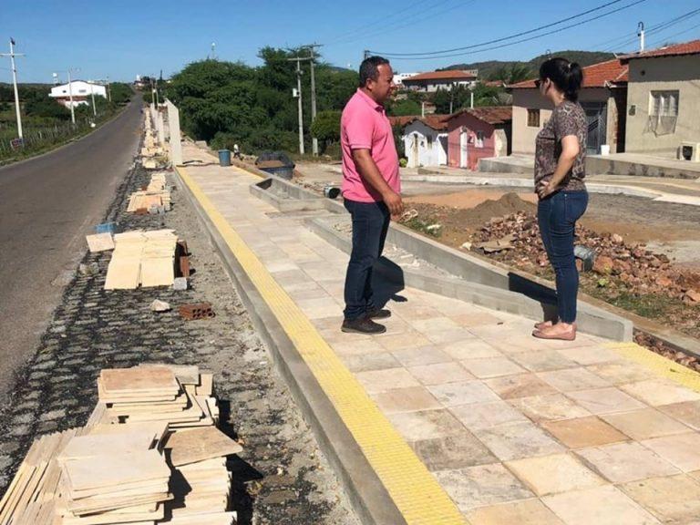 A prefeita de Tenente Ananias, Larissa Rocha, esteve visitando as obras que estão em andamento na cidade.