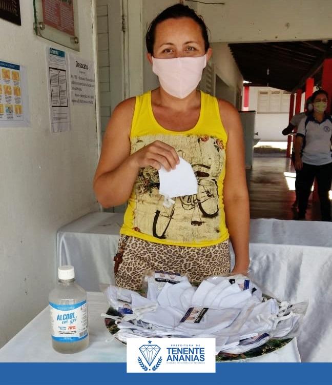 Secretaria Municipal de Saúde entrega máscaras reutilizáveis aos pais para retirada de refeições  nas escolas.