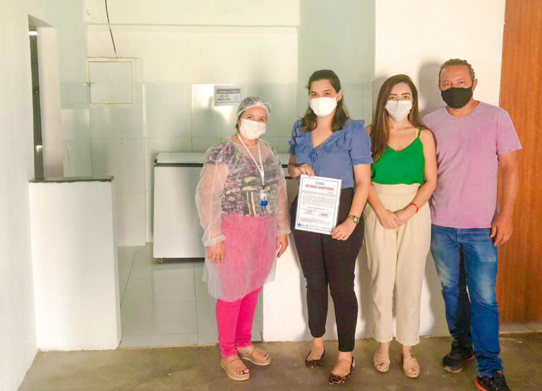 A Prefeita, Larissa Rocha, junto com o Secretário de Obras, Lindemberg Melo, fazem entrega a Secretária de Assistência Social, Fladiana Oliveira, o prédio onde funciona o SCFV da Vila Mata.